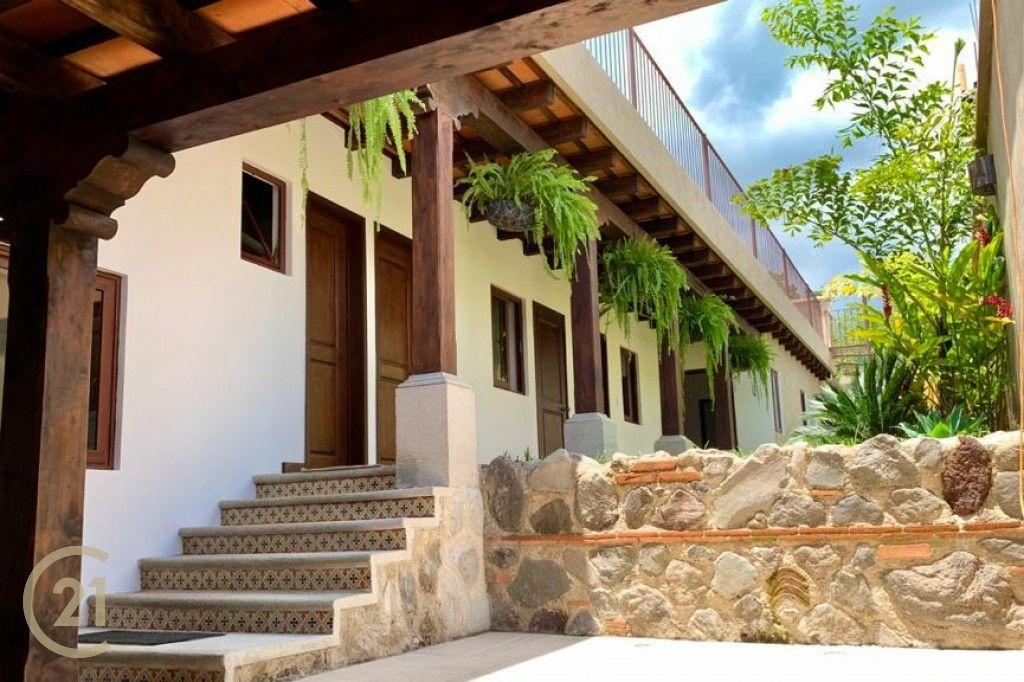Casa de dos niveles en venta cerca de Antigua