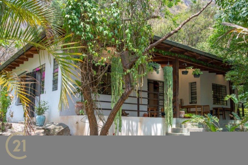 Amplia propiedad, 2 casas, 0,7 acres en el centro de Pana en venta